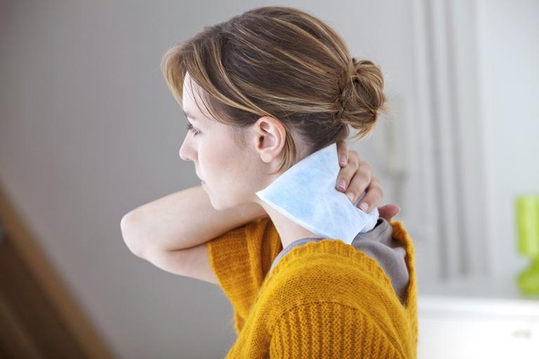 Femme ayant une bouffée de chaleur lors de la ménopause