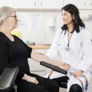 femme ayant rendez-vous avec un médecin
