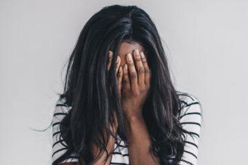 Femme se tenant le visage dans les mains La Menopause